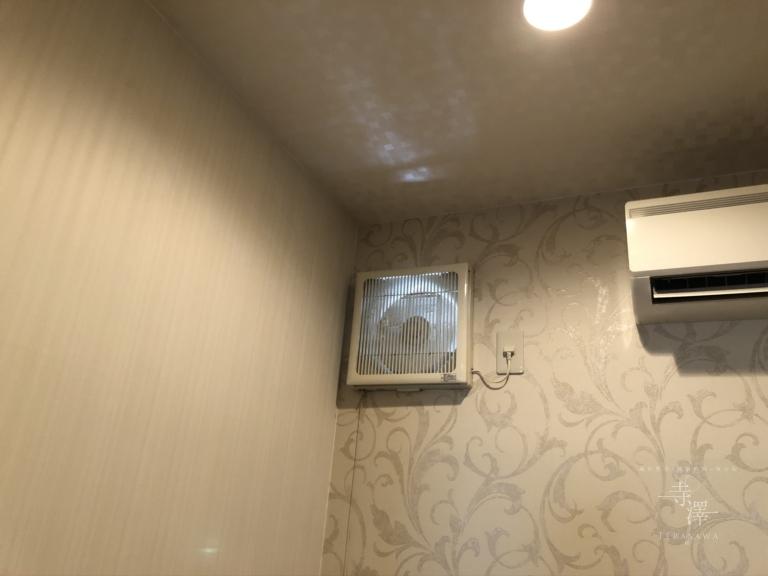 奥の個室には換気扇を設置し換気しております
