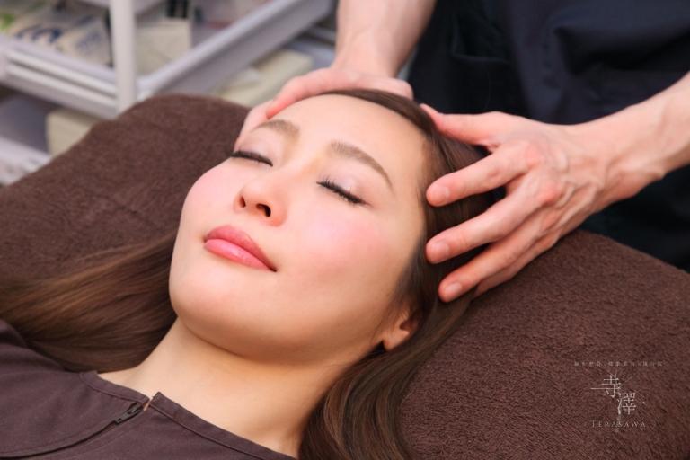 大阪・住之江の寺澤式美容鍼の頭皮マッサージ
